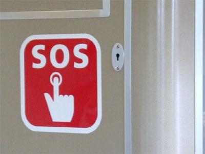 SOS SOSと言えば、世界的に通用する「救難信号(遭難信号)」ですが、SOS...  列車内の