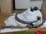 山全体に市販の工作用石膏を塗布