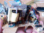 いらないパソコンの電源部分からコンデンサを抜き取る