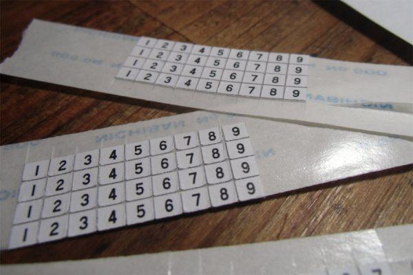 紙に印刷して両面テープを貼った番号シール