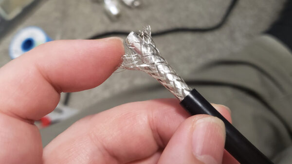 被膜を28mmむいて網線を広げる